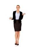 Uśmiechnięta biznesowa kobieta porównuje dwa domowego modela Zdjęcia Royalty Free