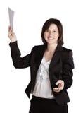Uśmiechnięta biznesowa kobieta wręcza mienie dokumenty. fotografia royalty free