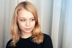 Uśmiechnięta blond Kaukaska dziewczyna, pracowniany portret Obraz Stock