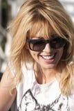 Uśmiechnięta blond kobieta z okularami przeciwsłonecznymi Obraz Royalty Free