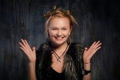 Uśmiechnięta blond kobieta z rękami up Obraz Royalty Free