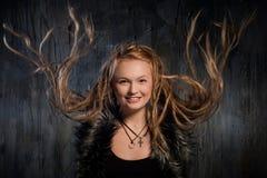 Uśmiechnięta blond kobieta z trzepotliwymi dreadlocks Obrazy Stock