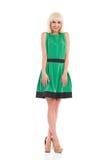 Uśmiechnięta blondynki dziewczyna w zieleni sukni Obraz Stock