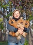 Uśmiechnięta blondynki kobieta w średnim wieku z jej psami Zdjęcia Stock