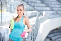 Uśmiechnięta blondynki sprawności fizycznej kobiety woda pitna po zupełnego plenerowego treningu obrazy royalty free