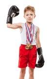 Uśmiechnięta boksu mistrza dziecka chłopiec gestykuluje dla zwycięstwo triumfu Fotografia Stock