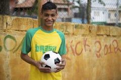 Uśmiechnięta Brazylijska Nastoletnia pozycja z Futbolową piłki nożnej piłką zdjęcie royalty free