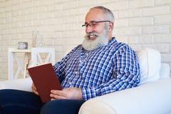 Uśmiechnięta broda czyta książkę Zdjęcie Royalty Free
