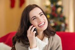 Uśmiechnięta brunetka na telefonie na święto bożęgo narodzenia Obraz Stock