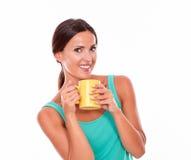 Uśmiechnięta brunetka z kawowym kubkiem Zdjęcie Stock