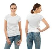 Uśmiechnięta brunetka z pustą białą koszula zdjęcia royalty free