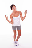 Uśmiechnięta brunetki kobieta gestykuluje pokojów znaki Obraz Stock
