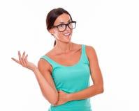 Uśmiechnięta brunetki kobieta patrzeje daleko od gestykulujący Obraz Royalty Free