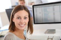 Uśmiechnięta brunetki kobieta w biurze Zdjęcie Stock