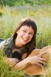 Uśmiechnięta brunetki kobieta w letnim dniu Obraz Stock