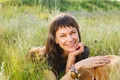 Uśmiechnięta brunetki kobieta w letnim dniu Obrazy Royalty Free