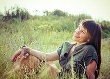 Uśmiechnięta brunetki kobieta w letnim dniu Zdjęcia Stock