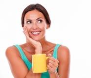 Uśmiechnięta brunetki kobieta z kawowym kubkiem Obraz Royalty Free