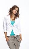 Uśmiechnięta brunetki pozycja w jaskrawym odziewa fotografia stock