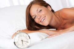uśmiechnięta budzik kobieta Zdjęcie Royalty Free