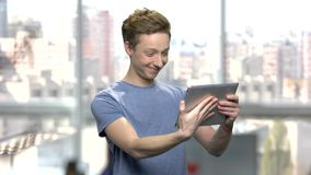 Uśmiechnięta caucasian chłopiec ma wideo wezwanie zbiory wideo