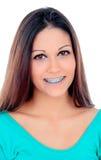 Uśmiechnięta chłodno dziewczyna z wspornikami Zdjęcia Royalty Free