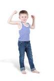 Uśmiechnięta chłopiec cedzi bicepsy obrazy royalty free