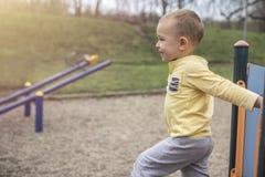 Uśmiechnięta chłopiec cieszy się w naturze fotografia stock