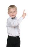 Uśmiechnięta chłopiec pokazuje jego palec up fotografia stock