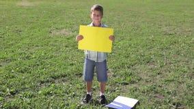Uśmiechnięta chłopiec pozycja z pustym pustym sztandarem zbiory wideo