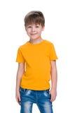 Uśmiechnięta chłopiec w żółtej koszula obraz stock