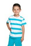 Uśmiechnięta chłopiec w błękitnej pasiastej koszula obraz royalty free