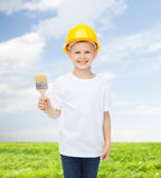 Uśmiechnięta chłopiec w hełmie z farby muśnięciem Fotografia Royalty Free