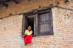 Uśmiechnięta chłopiec w okno na Marzec 25, 2018 w Kathmandu, Nepal Obraz Royalty Free
