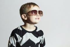 Uśmiechnięta chłopiec w okularach przeciwsłonecznych kochanie moda dzieci Fotografia Royalty Free