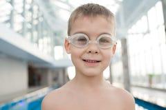 Uśmiechnięta chłopiec w pływackich gogle zdjęcie royalty free