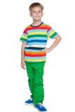 Uśmiechnięta chłopiec w pasiastej koszula zdjęcia royalty free