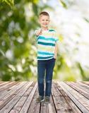 Uśmiechnięta chłopiec wskazuje palec przy tobą Obrazy Royalty Free