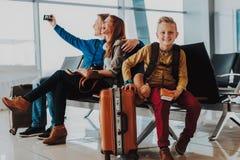 Uśmiechnięta chłopiec wydaje czas z rodzicami przy lotniskiem zdjęcia royalty free