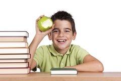 Uśmiechnięta chłopiec z jabłkiem zdjęcie royalty free