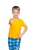 Uśmiechnięta chłopiec z jego kciukiem up Fotografia Stock