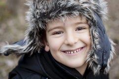 Uśmiechnięta chłopiec z kapeluszem. Zdjęcia Royalty Free