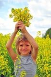 Uśmiechnięta chłopiec z kwiatami Zdjęcia Royalty Free