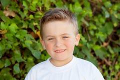 Uśmiechnięta chłopiec z niebieskimi oczami wokoło 5 rok Zdjęcie Royalty Free