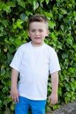 Uśmiechnięta chłopiec z niebieskimi oczami wokoło 5 rok Fotografia Royalty Free