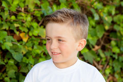 Uśmiechnięta chłopiec z niebieskimi oczami wokoło 5 rok Obraz Royalty Free