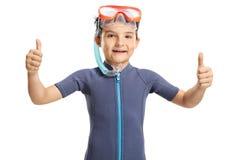 Uśmiechnięta chłopiec z snorkeling maską pokazuje aprobaty obrazy royalty free
