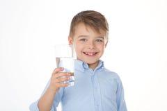 Uśmiechnięta chłopiec z wodą Obrazy Royalty Free