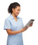 Uśmiechnięta czerni lekarka, pielęgniarka z pastylka komputerem osobistym lub obrazy stock