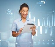 Uśmiechnięta czerni lekarka, pielęgniarka z pastylka komputerem osobistym lub zdjęcie stock